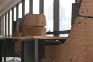 sillas de madera en escritorios foto