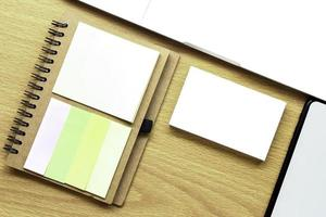 maqueta de tarjeta de visita en el escritorio