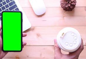 smartphone en maqueta de oficina foto