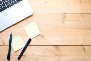 portátil con notas adhesivas y bolígrafos foto