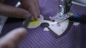 Señora usa máquina de coser haciendo trabajos de tela de aplicación video