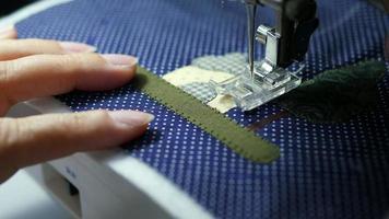 Señora usa máquina de coser haciendo trabajos de tela de aplicación