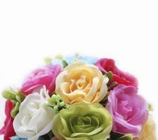 Cerrar rosa flores artificiales sobre fondo blanco.