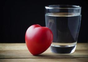 beber agua pura para un corazón sano foto