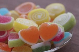 caramelos dulces en forma de corazón foto