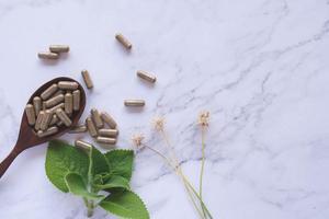medicina herbaria en cápsulas foto