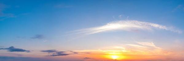 el cielo al atardecer foto