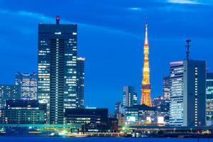 torre de tokio y edificios comerciales foto
