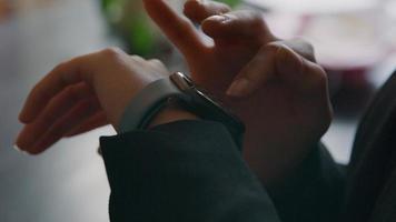 Dedo de mujer negra toca la pantalla del reloj inteligente video