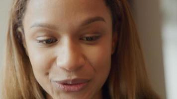 jovem negra fazendo videochamada, falando constantemente video
