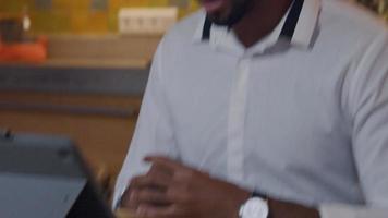 handen van volwassen man voor laptop, gebaren, man praat levendig, gebaren video