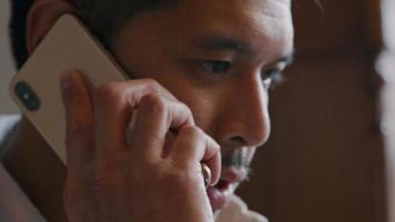 jovem asiático ligando com o celular, focado