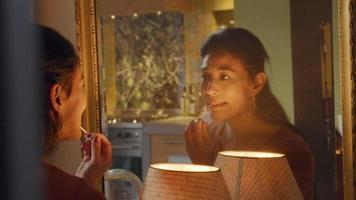 mulher passa brilho labial na frente do espelho video