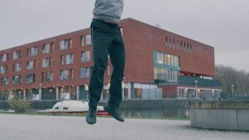 Aziatische jongeman in park, lichaamsbeweging, push-up doen, opstaan tijdens het springen en springen met de handen in de lucht