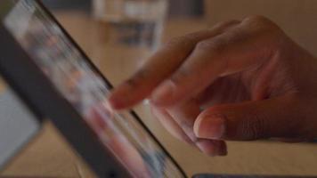 close-up de dedos de homem maduro, rolando na tela do laptop video