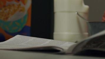 primer plano, de, periódico, y, mano, de, negro, mujer joven, empujar video