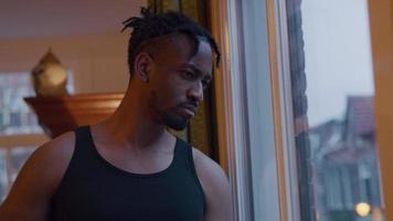 schwarzer Mann schaut auf Smartwatch, schaut nach draußen, schaut auf Smartwatch, näher an seinem Gesicht video