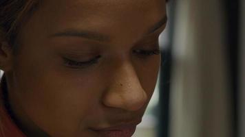 primer plano, de, joven, mujer negra, ojos parpadeando video