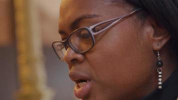 närbild av kvinna som pratar, lyssnar, ler, nickar medan hon har videosamtal. enheten visas inte. video