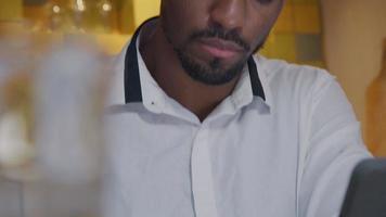 chef för mogen man ser upp till höger - kamera, vänder huvudet, ögonen på hans skrivning i anteckningsboken framför honom video