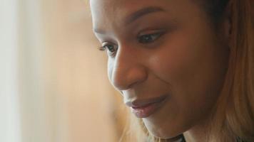 zwarte jonge vrouw met video-oproep, vlot praten video