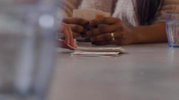 fechar as mãos de duas mulheres jogando cartas, cartas na mesa