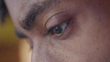 close-up van voorhoofd, wenkbrauwen en zoekende ogen van volwassen man, kijkend apparaat video