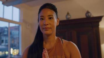 asiatische Frau steht auf, drückt die Hände vor sich zusammen und praktiziert Yoga video