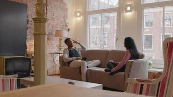 reifer Mann und reife Frau, die auf Couch sitzen und lebhafte Unterhaltung haben video