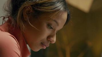 primer plano, de, joven, mujer negra, enfocado, boca abajo video