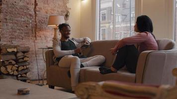 reife Frau und reifer Mann sitzen auf der Couch und führen lebhafte Gespräche video