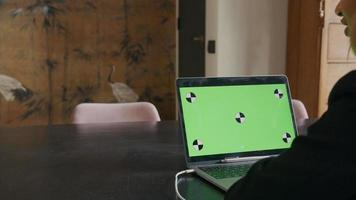 jovem negra com laptop e mulher falando video