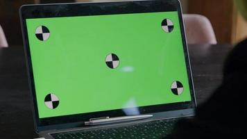 open laptop met groen scherm en pen op toetsenbord video