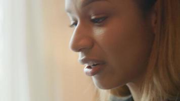 jovem fazendo videochamada, conversando e pensando, close-up