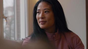 reife Frau spricht, lächelt Person auf der anderen Seite video