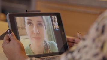 närbild på händerna på kvinnan, håller skärmen på den bärbara datorn och gör en gest medan du har videosamtal video