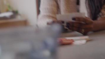 fechar as mãos de duas mulheres e um homem jogando cartas, cartas na mesa