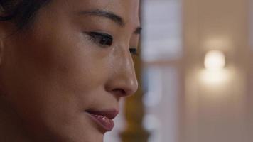 primer plano, de, cara, de, mujer asiática, ojos, abajo, ojos, arriba
