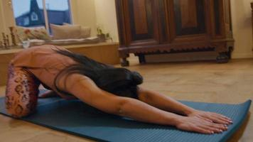 mujer asiática practica la postura del niño, yoga