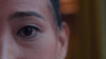Cerca de las cejas y los ojos de la mujer asiática