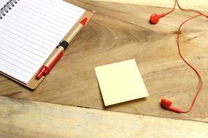 auriculares con una nota adhesiva en un escritorio