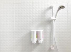 dispensadores en una ducha foto