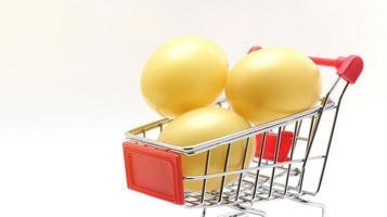 huevos de pascua en carro