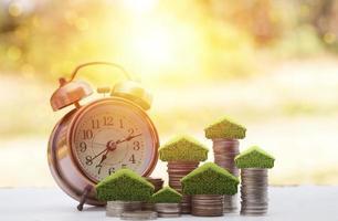 reloj despertador con pilas de monedas foto