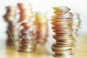 apilados de dinero en moneda foto