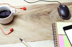 café y auriculares con un mouse.