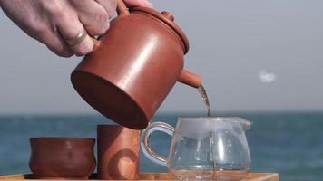 cerimônia do chá no cais à beira-mar