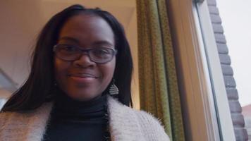 mujer negra mira a la cámara, sonríe, frunce el ceño, gira la cabeza, se ríe video