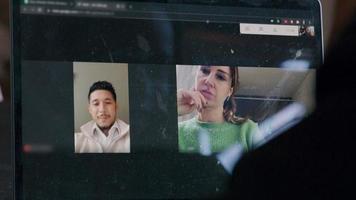 homem e mulher conversam, ouvem, sorriem, acenam com a cabeça, durante uma videochamada. video