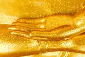 gota de rocío en la mano de Buda.